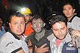 Пострадавшего шахтера сопровождают спасатели.