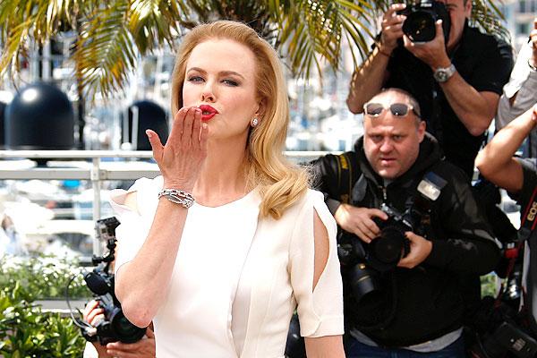 Николь Кидман шлет воздушный поцелуй всем в Каннах.