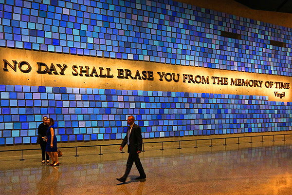 """Цитата из Вергилия на одной из стен Национального мемориального музея 11 сентября: """"Нет такого дня, который мог бы стереть тебя из памяти времен""""."""