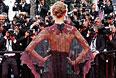 Американская фотомодель Карли Клосс позирует фотографам на красной ковровой дорожке.