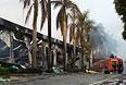 Пожарные возле сгоревшей обувной фабрики в провинции Бинь Дуонг.