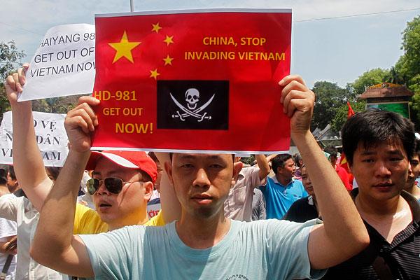 Протестующие  на одной из улиц Ханоя.