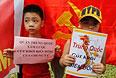 Дети держат плакаты во время акции протеста перед китайским посольством в Ханое.