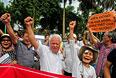 Протестующие скандируют лозунги возле китайского посольства в Ханое.