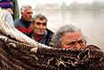 Жители небольшой деревни к востоку от Белграда эвакуируются на лодке.