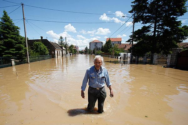 Житель затопленного сербского города Обреновац.