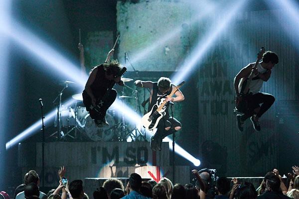 Австралийская группа 5 Seconds of Summer выступает на Billboard Music Awards 2014 в Лас-Вегасе.