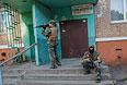 Бойцы народного ополчения Донбасса во дворе жилого дома Краматорска.
