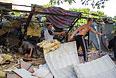 Местные жители разбирают завалы в продуктовом магазине, который был разрушен прямым попаданием мины во время артобстрела украинскими силовиками.
