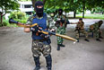 Бойцы народного ополчения Донбасса во дворе одного из домов Краматорска.