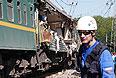 Спасательные работы на месте столкновения поездов.