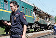 Сотрудник полиции на месте столкновения поездов.