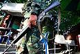 Военный патрулирует территорию перед Национальной телевещательной службой Таиланда.
