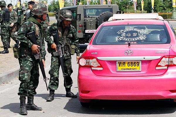 Проверка документов у водителя такси.