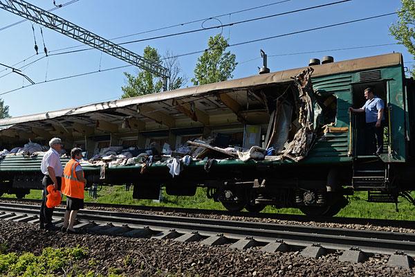 На месте столкновения пассажирского и грузового поездов на железнодорожном перегоне между Наро-Фоминском и Бекасово в Московской области.