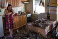 Женщина в своем доме, пострадавшем в результате ночного артобстрела со стороны украинских военных на окраине Славянска.