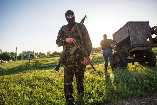Бойцы народного ополчения во время разведки на окраине Славянска.