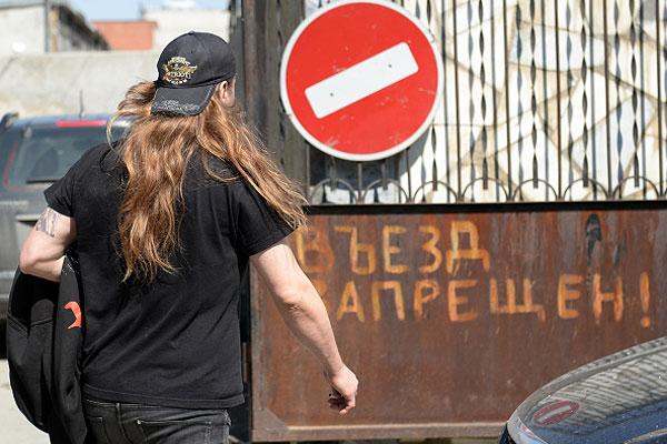 Музыкант польской группы Behemoth покидает здание Октябрьского районного суда в Екатеринбурге, после оглашения приговора.