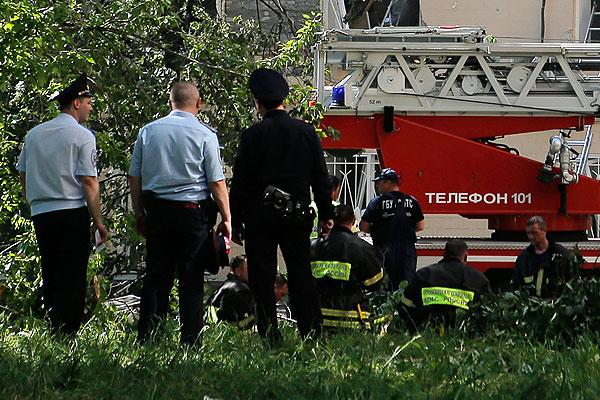 Сотрудники полиции и пожарные возле дома, где произошел взрыв.
