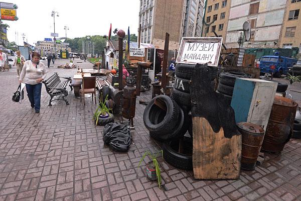 """Экспонаты """"Музея Майдана"""" на площади Независимости в Киеве."""