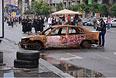 Сгоревший в ходе акций сторонников евроинтеграции автомобиль в центре Киева.