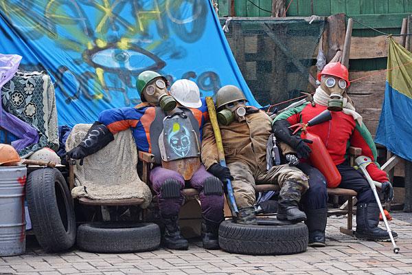 Манекены, изображающие сторонников евроинтеграции на площади Независимости в Киеве.