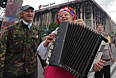 Местные жители поют песни на площади Независимости в Киеве накануне выборов.
