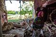 80-летняя жительница села Семеновка под Славянском в доме, разрушенном в результате попадания снаряда во время ночного артобстрела украинскими силовиками.