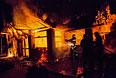 Пожарные тушат здание, загоревшееся после попадания снаряда во время артобстрела украинскими военными позиций народного ополчения Славянска.
