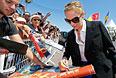 Актриса Ума Турман дает автографы поклонникам на набережной Круазетт.