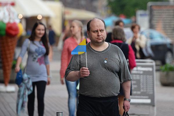 Мужчина идет по центру Киева.