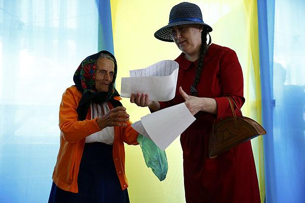 Женщины на избирательном участке в Ивано-Франковске.