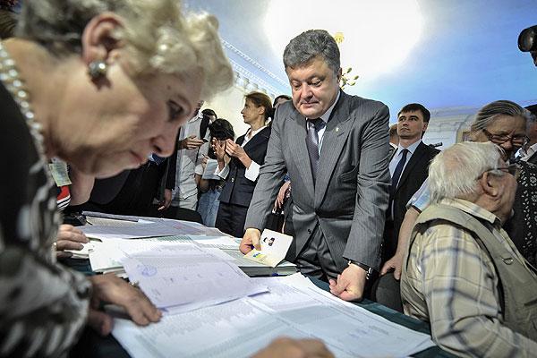Кандидат в президенты Украины Петр Порошенко на одном из избирательных участков в Киеве.