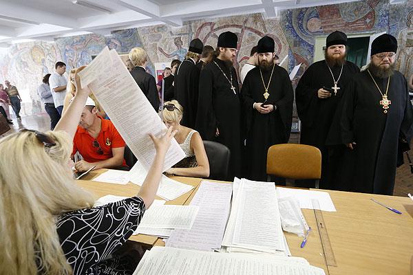 Священники  на одном из киевских избирательных пунктов.