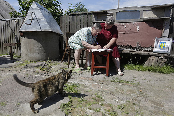 Голосование на дому в деревне Кодра на севере Украины.
