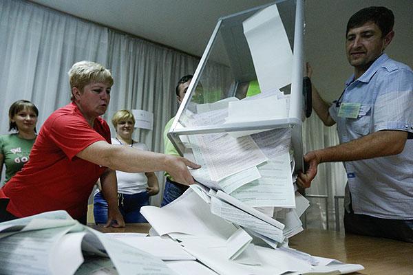 Члены избирательной комиссии готовятся считать голоса.