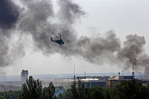 Украинский боевой вертолет Ми-24 над зданием донецкого международного аэропорта.