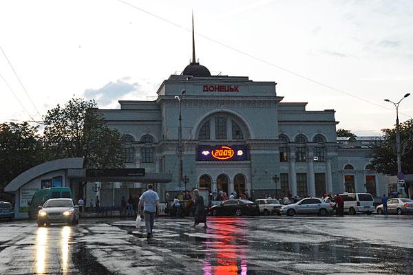 Железнодорожный вокзал в Донецке, в районе которого накануне погибли два человека.