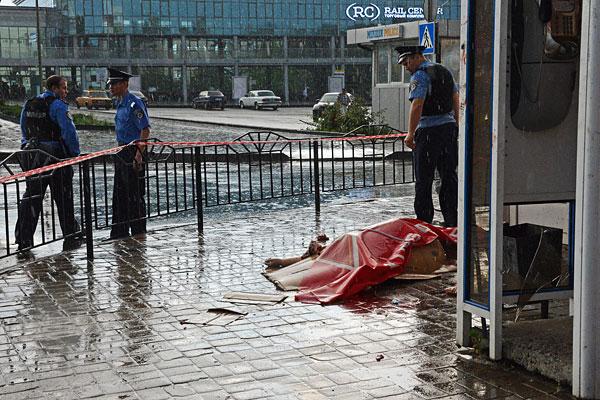 Сотрудники МВД Украины на месте происшествия, где погибла женщина в результате обстрела у железнодорожного вокзала в Донецке.