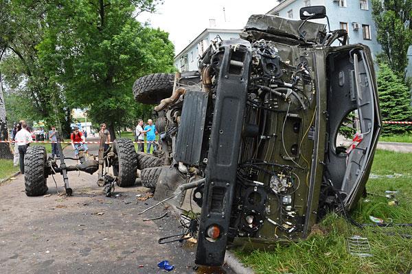 Обстрелянный грузовик, перевозивший раненых из аэропорта Донецка.