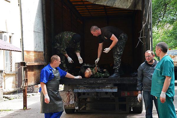 """У морга Калининской больницы Донецка, где идет опознание погибших в результате обстрела украинской армией двух """"Камазов"""", которые вывозили раненых с места боя около аэропорта."""