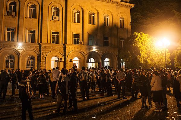 """Вечером 27 мая оппозиция <a href=""""http://www.interfax.ru/world/378292"""" target=""""_blank"""">заняла здание</a> администрации президента и потребовала отправить в отставку президента, правительство, генпрокурора и глав трех восточных регионов страны."""