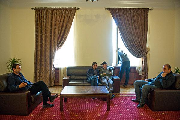 Сторонники оппозиции в здании администрации президента Абхазии.