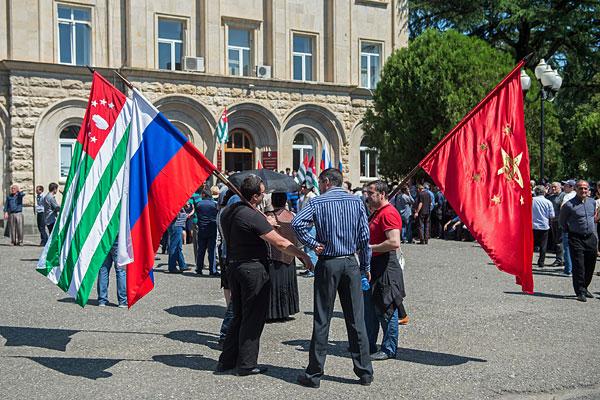 Сторонники оппозиции около здания администрации президента Абхазии.