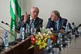 Вице-спикер парламента Абхазии Адгур Харазия и спикер парламента Валерий Бганба перед началом несостоявшегося заседания парламента страны.