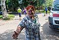 Жительница Славянска во дворе дома после попадания туда снаряда.
