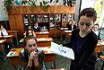 Раздача пакетов с экзаменационным заданием во время сдачи единого государственного экзамена по русскому языку в средней образовательной школе №28 города Владивостока.