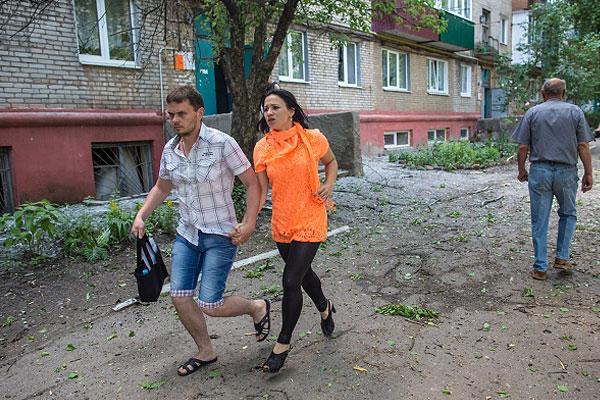 Жители Славянска во дворе дома.