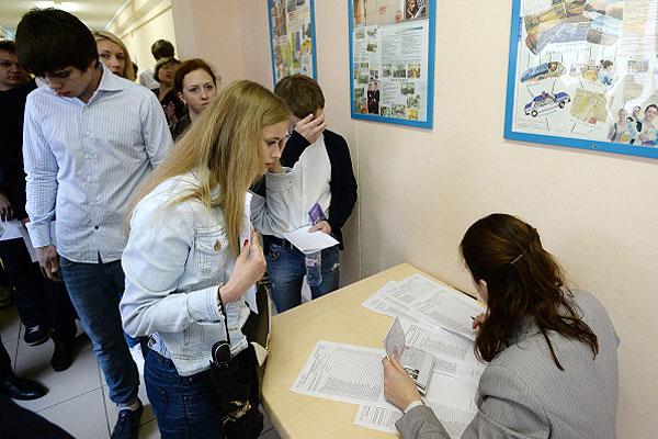 Количество выпускников, пишущих ЕГЭ по русскому языку сократилось на 14% по сравнению с 2013 годом, сообщил директор федерального центра тестирования Сергей Пономаренко.