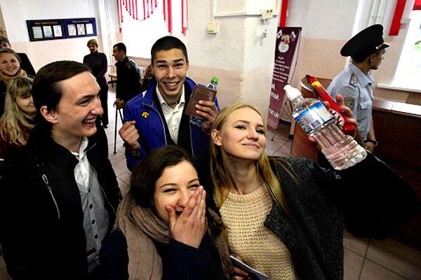 Ученики перед началом сдачи единого государственного экзамена по русскому языку.